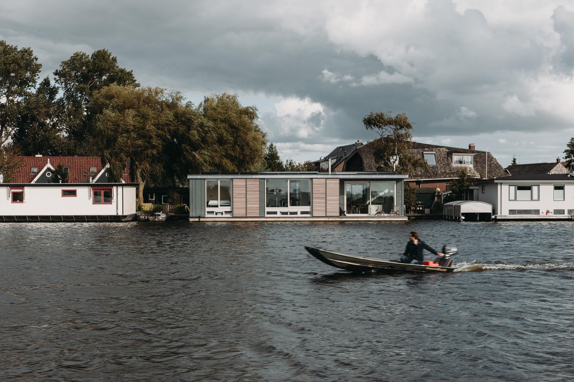 Energy Positive Floating Villa / vanOmmeren-architecten