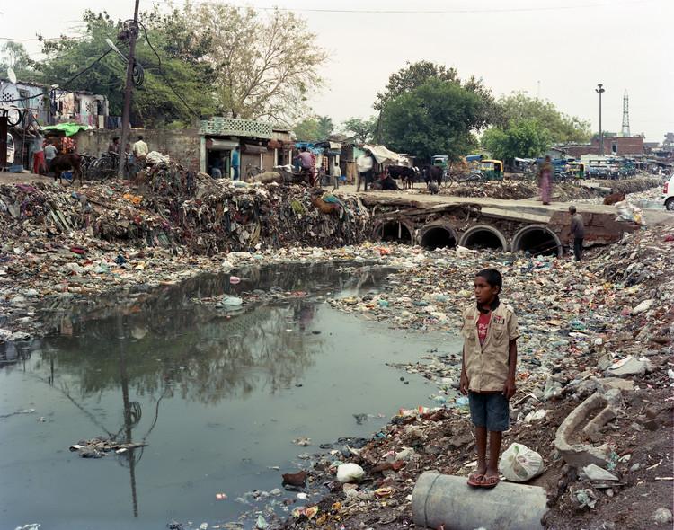 """Iñaki Alday: """"La siguiente cuestión sobre el cambio climático es el cómo y a quién va a afectar primero"""", © Randhir Singh. ImageRío Yamuna, en Nueva Delhi, uno de los ríos más contaminados del mundo. Iñaki Alday es co-director del Proyecto Yamuna River sobre ecología urbana, cuyo objetivo es recuperar el río y mejorar la vida de millones de personas que viven en Nueva Delhi."""