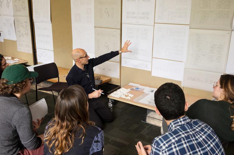 Iñaki Alday revisando trabajos de los estudiantes en la Tulane School of Architecture, Nueva Orleans. Image