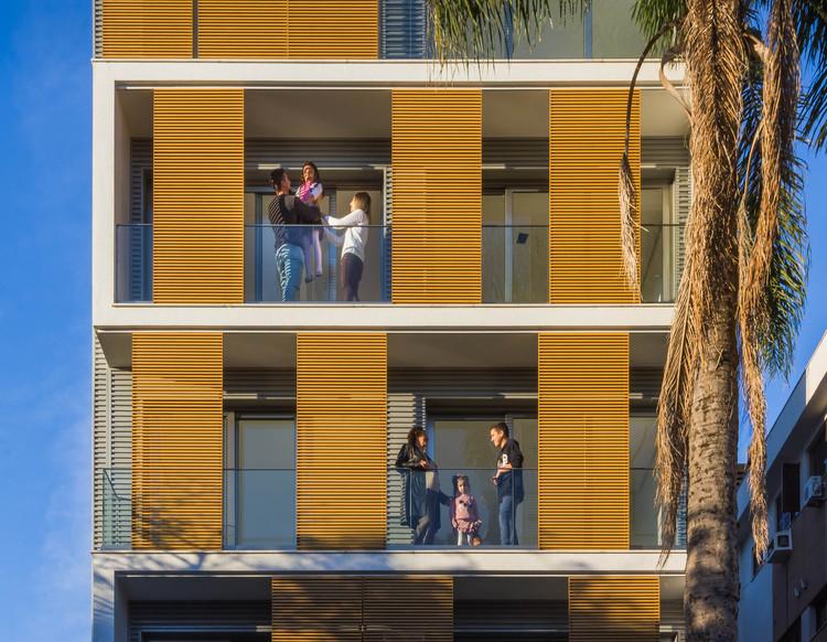 Parasoles fijos y móviles: 10 protecciones solares para fachadas, Cortesia de Hunter Douglas