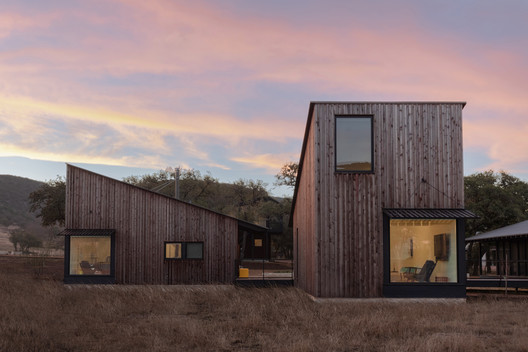 Camp Frio Retreat / Tim Cuppett Architects