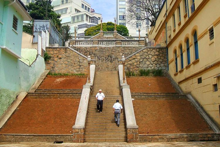 Como evitar a degradação de prédios tombados, Escadaria do Bixiga, região tombada em São Paulo. Imagem: Dornicke/Wikimedia