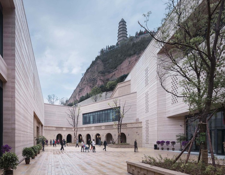 Yan'an Baota Mountain Tourist Centre / THAD, © Li Yao