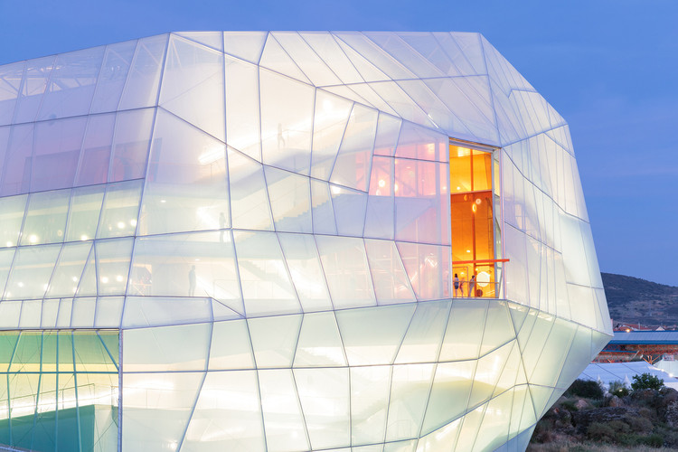 Edificios linterna: 12 edificios que sacan partido de sus fachadas iluminadas, Centro de Congressos e Auditório de Plasencia / Selgas Cano. ImageIwan Baan