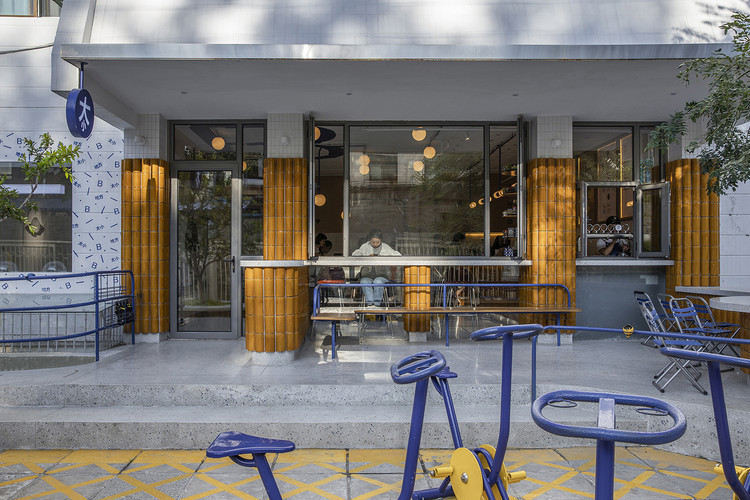 BigSmall Coffee Beiluoguxiang / designRESERVE, outdoor seating in portico. Image © Weiqi Jin