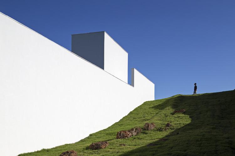 Casas brasileiras: 20 residências com empenas cegas, Casa Torreão / Bloco Arquitetos. © Haruo Mikami