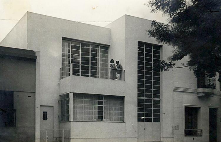 Clásicos de Arquitectura: Casa Taller Forner Bigatti / Alejo Martinez , Raquel Forner y Alfredo Bigatti en el balcón de la casa, 1937.. Image Cortesía de Fundación Forner-Bigatti