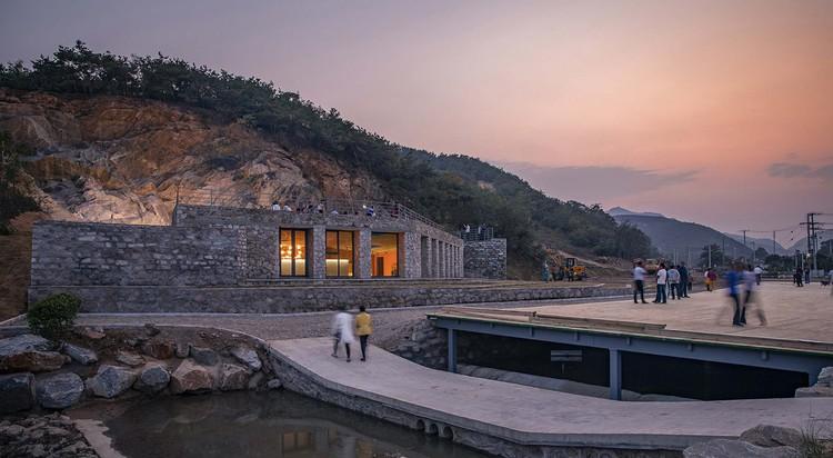 Stone Nest Amphitheatre / 3andwich Design / He Wei Studio, Stone Nest Amphitheatre in setting sun. Image © Weiqi Jin
