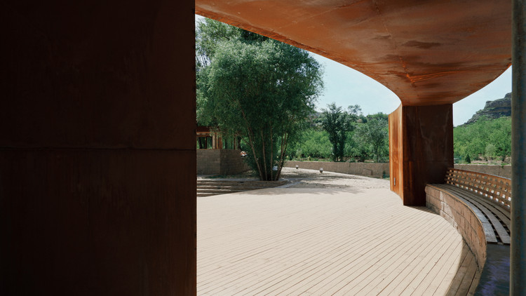 Courtyard stage. Image © Yiping Lin