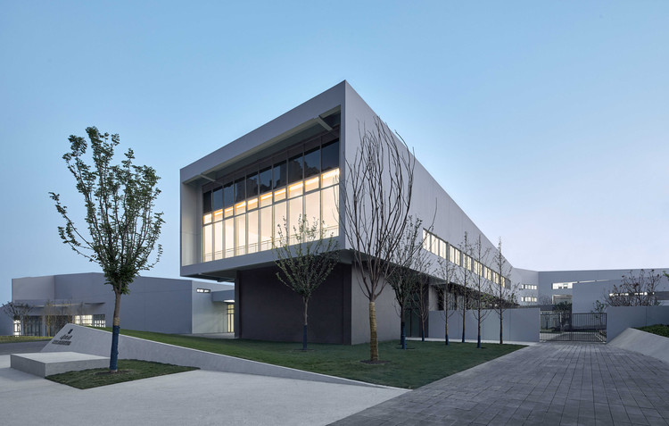 Hefei North City Central Park Primary And Middle School / Shanghai Tianhua Architecture Planning & Engineering, middle school architecture appearance. Image © Jianghe Zeng