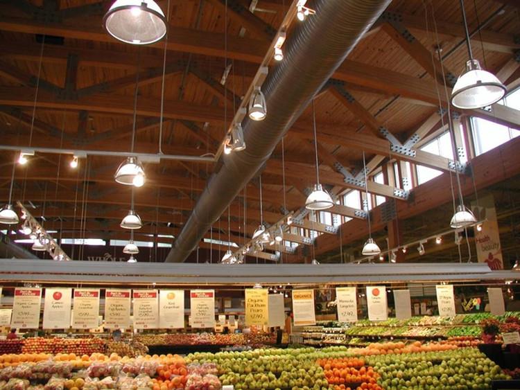 Toit en treillis de bois au Whole Foods Market à Atlanta, GA.  Image © Scott Lockyear