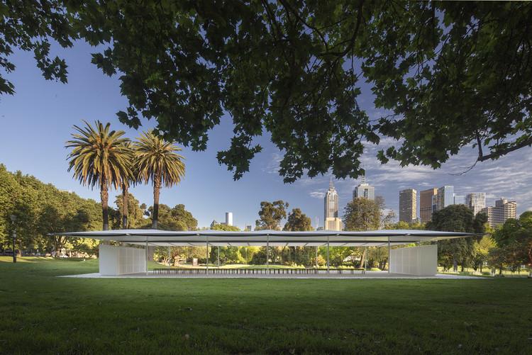 Inaugurado em Melbourne o MPavilion de 2019 projetado por Glenn Murcutt, MPavilion 2019. Imagem © John Gollings