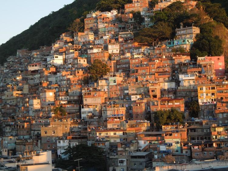 """Problemas y soluciones de la vivienda social en Latinoamérica, Imagen de <a href=""""https://pixabay.com/es/users/anja_schindler-5770274/?utm_source=link-attribution&amp;utm_medium=referral&amp;utm_campaign=image&amp;utm_content=3547283"""">anja_schindler</a> en <a href=""""https://pixabay.com/es/?utm_source=link-attribution&amp;utm_medium=referral&amp;utm_campaign=image&amp;utm_content=3547283"""">Pixabay</a>"""