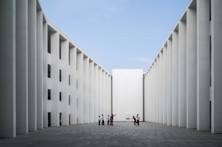 Huandao Middle School / TAO - Trace Architecture Office, central courtyard. Image © Schran Images