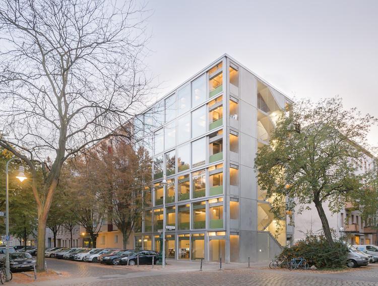 Apartamentos e Ateliês Wohnregal / FAR frohn&rojas, © David von Becker