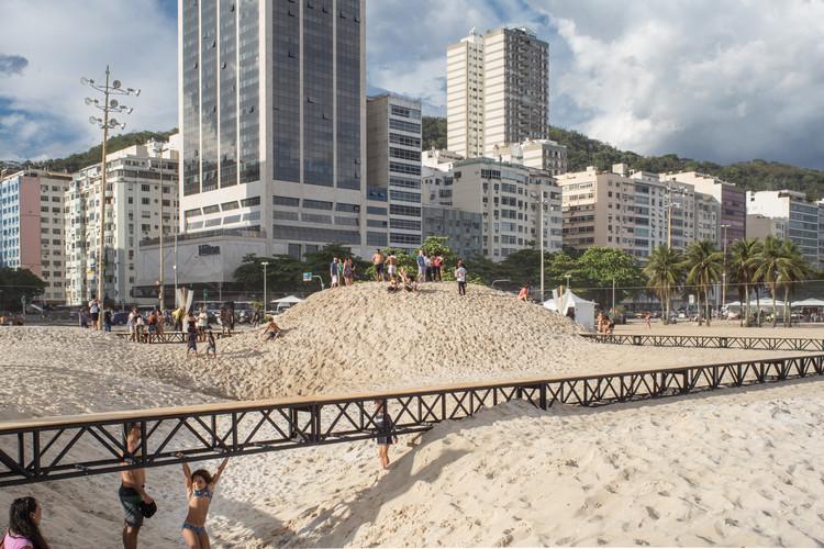 El futuro de la arquitectura en Brasil: 15 nuevas oficinas, colectivos y prácticas, Instalación La playa y el tiempo / gru.a. Imagen © Rafael Salim
