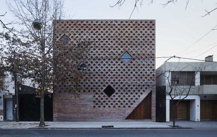 Brick House / Diego Arraigada Arquitectos, © Gustavo Frittegotto
