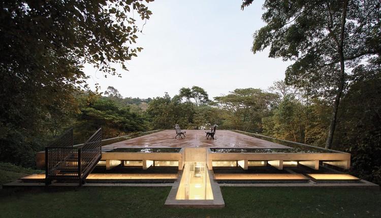 Casas brasileiras: 16 residências com espelho d'água, Casa Biblioteca / Atelier Branco Arquitetura. Imagem: © Jaqueline Lessa