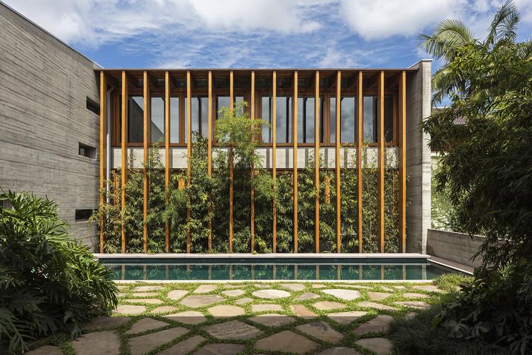 Casas brasileiras: 26 residências com brise-soleil, Casa Poa / Bernardes Arquitetura. © Leonardo Finotti