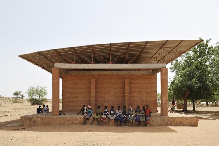 Senado disponibiliza e-book gratuito sobre projeto de edifícios públicos sustentáveis, Escola Primária em Gando / Kéré Architecture. Imagem © Erik-Jan Ouwerkerk