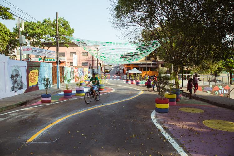 Urbanismo tático: tintas, cones e a transformação das cidades, Intervenção urbana no entorno da escola Anne Frank, em Belo Horizonte. Foto: Rafael Tavares / Octopus Filmes