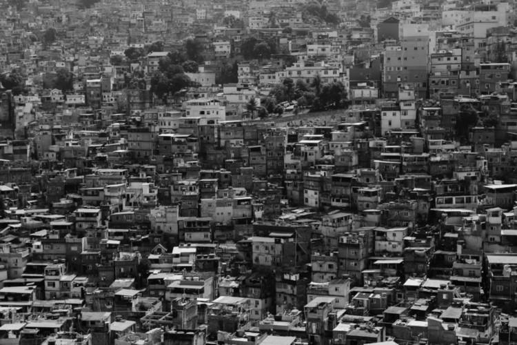 Segundo Censo de 2010 do IBGE, há cerca de 11,4 milhões de habitantes moram em favelas no Brasil. Foto por Ben Dumond, Unsplash