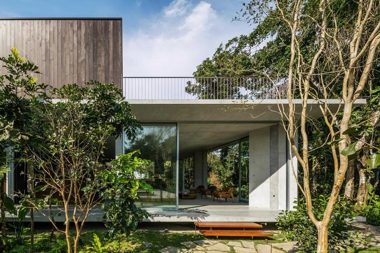 Casas brasileiras: 11 residências elevadas do solo, Residência Itamambuca / Gui Mattos. Imagem: © Nelson Kon