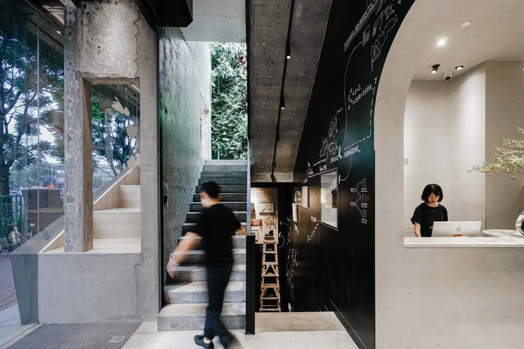 SUREN Leather Goods Store / Wonder Architects, The scenario and behavior of streets are introduced into the building. Image © Yumeng Zhu