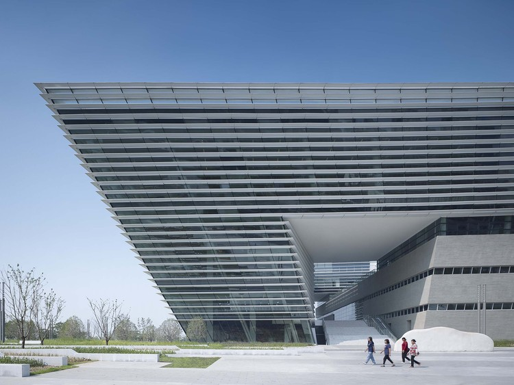 Suzhou No.2 Libary / gmp, Access to the plaza. Image © Christian Gahl