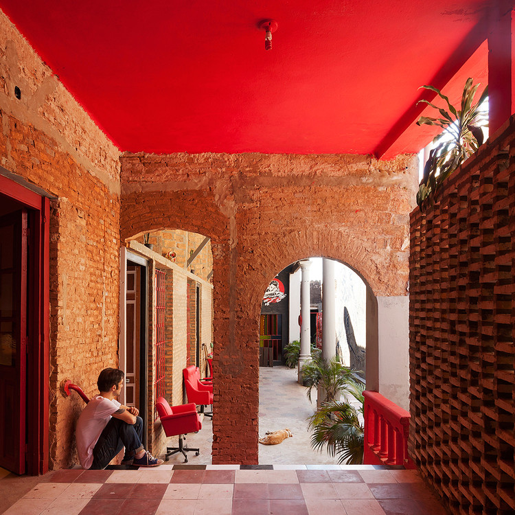Remodelación de casas chorizo: cómo transformar una vivienda típica con diseño contemporáneo, Casa Ilona / Grupo Culata Jovái (Paraguay). Image © Federico Cairoli