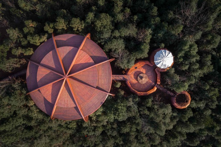 The Tree House in Qiyun Mountain / Atelier Design Continuum, Bird's eye view of tree house building and landscape space. Image © Feng Shao