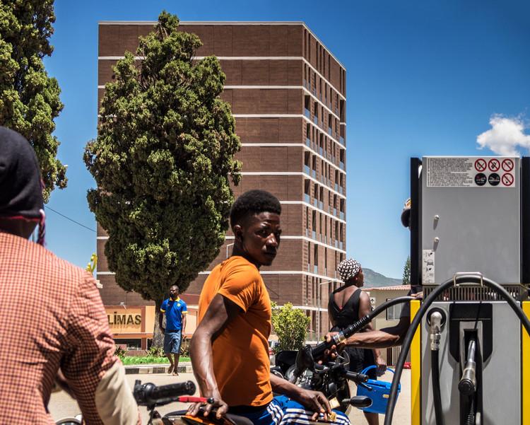 Angola contemporánea: tecnología e identidad en 4 obras de arquitectura, Centro Lubango / PROMONTORIO. Imagen © Fernando Guerra | FG+SG