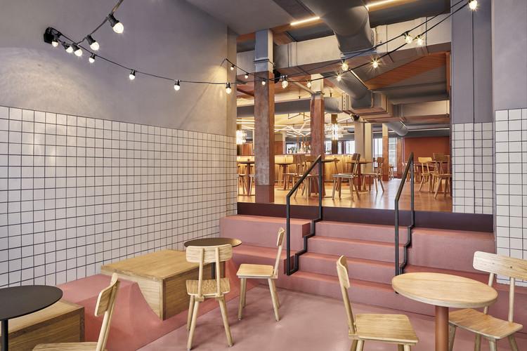 Foodhallen Den Haag Foodcourt / Studio Modijefsky, © Maarten Willemstein