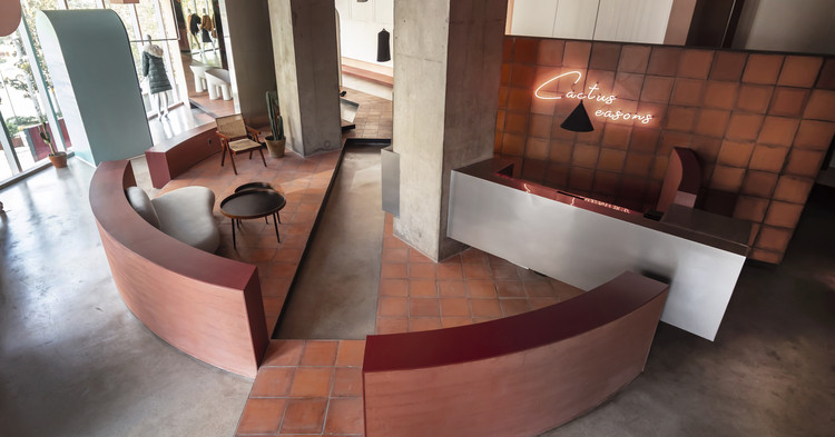 С видом на кассу на втором этаже.  Изображение © Цян Шэнь