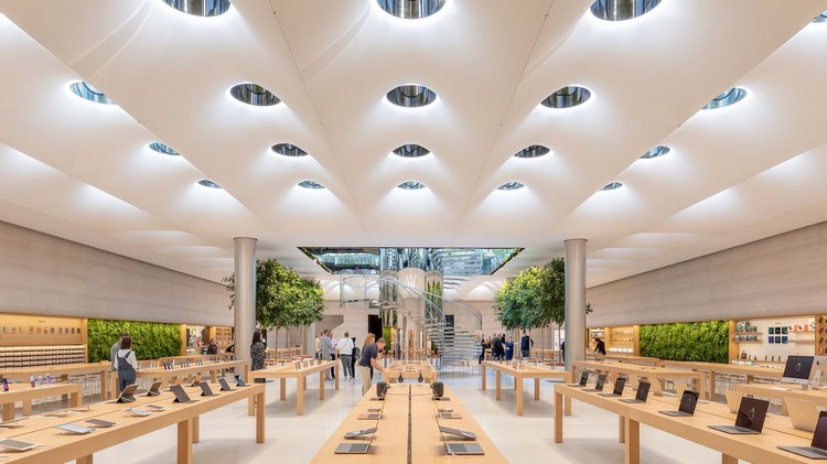 A importância dos projetos de iluminação para a vitalidade das lojas da Apple, Apple Store Fifth Avenue, New York / USA. Architecture: Foster + Partners. Image: © Aaron Hargreaves / Foster + Partners