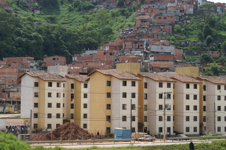 Realidades incômodas da habitação social na América Latina, Conjuntos habitacionais e favelas em São Bernardo do Campo, Brasil. Imagem © Wikipedia User: Lukaaz. Licença CC BY-SA 3.0