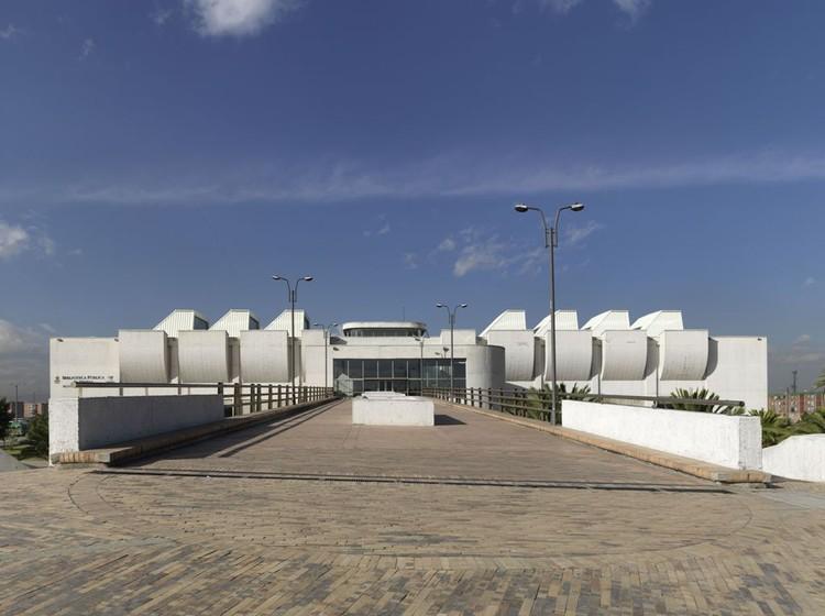 Clásicos de Arquitectura: Biblioteca El Tintal / Bermúdez Arquitectos , Exterior - fachada. Image © Enrique Guzmán