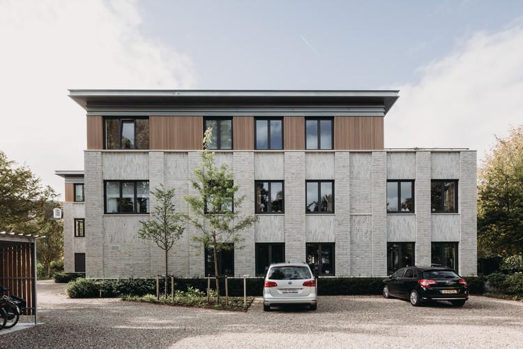 Vijverweg Bloemendaal Apartments / vanOmmeren-architecten, © Eva Bloem