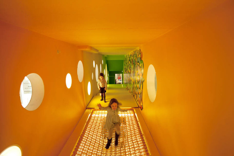 Cómo afecta el color a la arquitectura, Childrens Museum of the Arts / WORKac. Image © Ari Marcopoulos