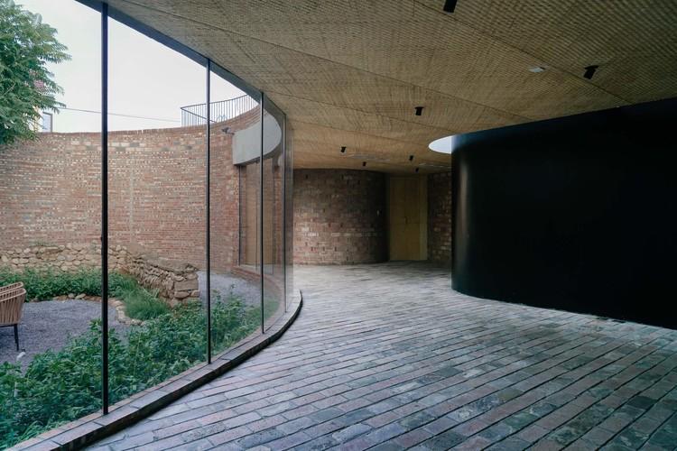 Чтобы сохранить руины старого двора, различные окружающие пространства, образованные изгибами, становятся мотивом здания.  Изображение © Юмэн Чжу