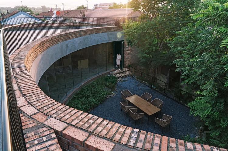 Слои кирпичных стен окружают утопию воспоминаний.  Изображение © Юмэн Чжу