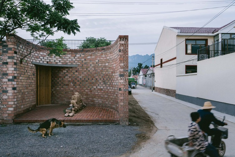 Ренрун Тан стал частью повседневной жизни деревни.  Изображение © Юмэн Чжу