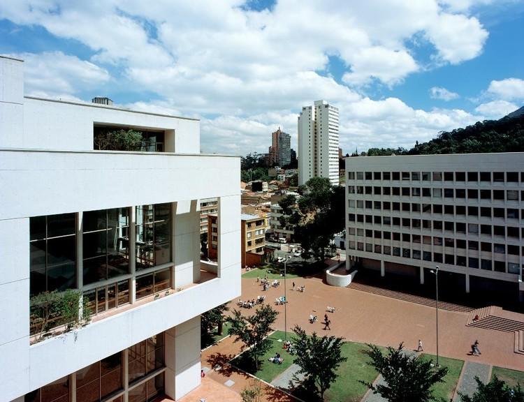 Clásicos de Arquitectura: Biblioteca y auditorio Universidad Jorge Tadeo Lozano / Bermúdez Arquitectos, Exterior – aérea plazoleta. Image © Enrique Guzmán