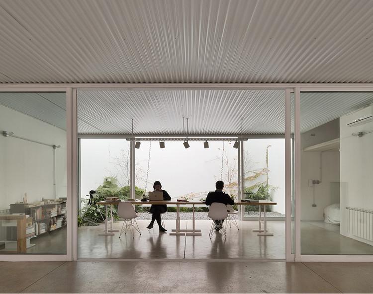 Casa con estudio y taller: viviendas que incorporan espacios para el trabajo en Argentina, Casa Estudio Refugio Urbano / Estudio Berzero Jaros. Image © Federico Cairoli