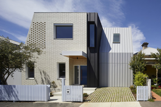 A House for All Seasons / Poly Studio