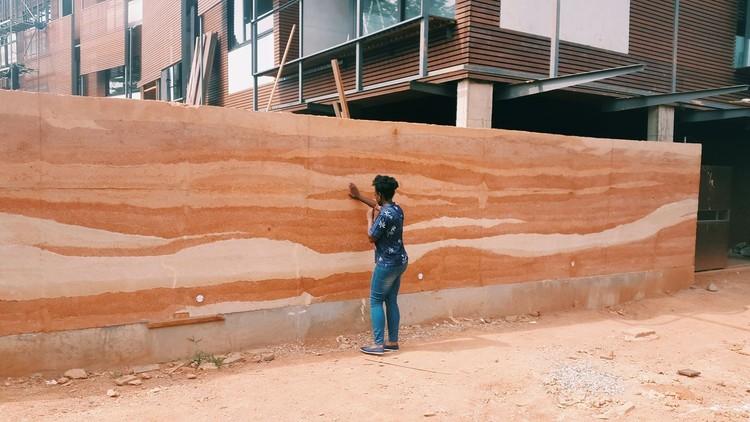 De paredes de terra a coberturas em palha: 10 técnicas de bioconstrução, Parede construída a partir da técnica de taipa de pilão. Cortesia de Hive Earth