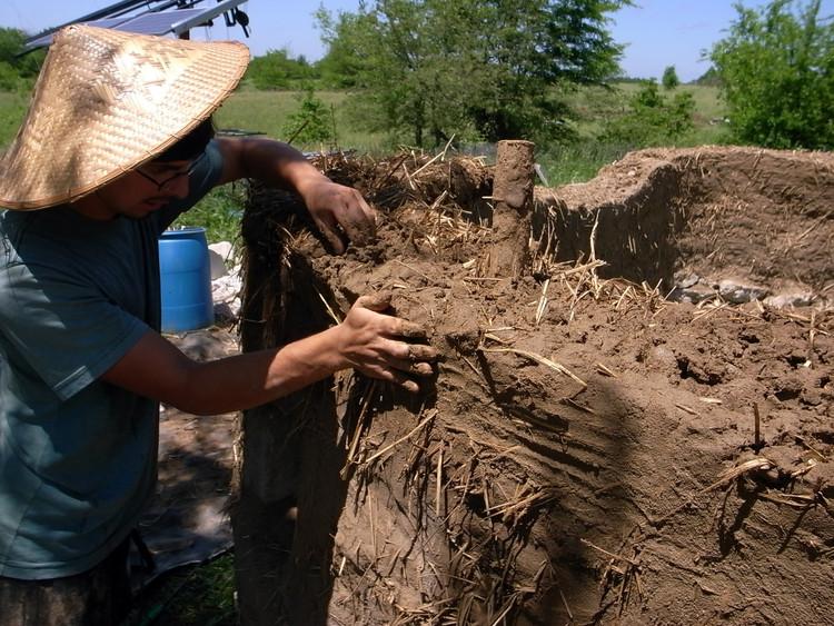 De paredes de terra a coberturas em palha: 10 técnicas de bioconstrução, Técnica Cob. Imagem © Ziggy Liloia, via Flickr; Licença Creative Commons