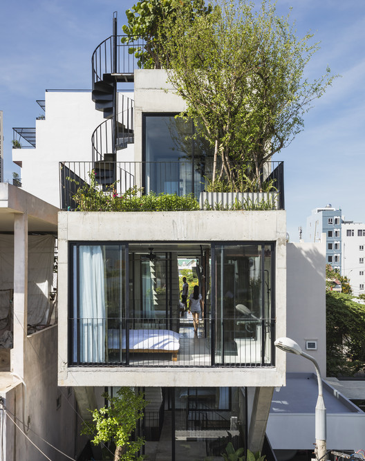 The Concrete House 01 / Ho Khue Architects