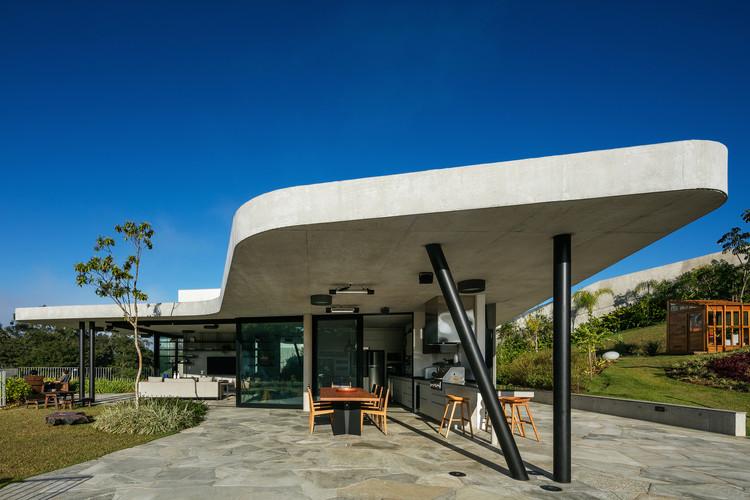 Casas en Brasil: 5 soluciones con plantas curvas, Casa LLF / Obra Arquitetos. © Nelson Kon