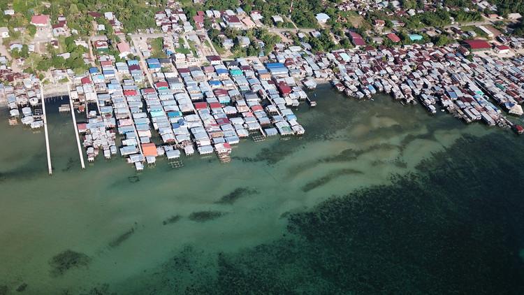 Grandes cidades enfrentam maiores risco de inundação segundo relatório do Goldman Sachs, Pobre favela da Ásia. Aldeias como esta estão em risco de mudanças climáticas e aumento do nível do mar. Imagem © Shutterstock/ por Rich Carey